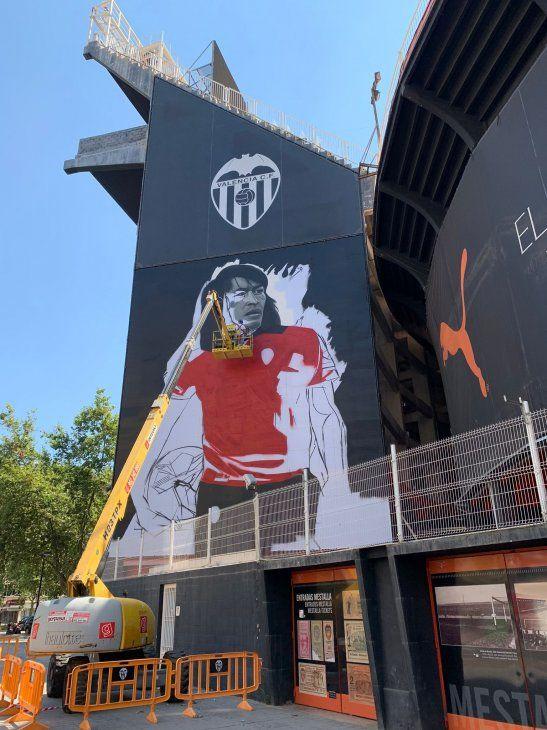 Valencia utilizó la imagen del histórico Carlos Diarte para mostrar su nueva casaca alternativa.