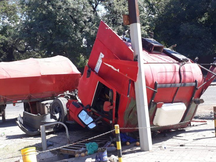 Así quedó el camión luego del violento choque.