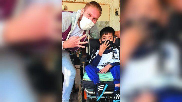 Angelito conoció a su ídolo y de yapa recibió una camiseta franjeada con la firma del Vikingo.