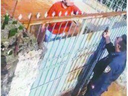 Personal de la Subcomisaria 54 de Villa Acaray de Ciudad del Este intentó convencer al muchacho para que entregue a los niños, pero este se negó y maltrató a unos de los policías, le rompió la camisa y luego fue reducido y detenido.