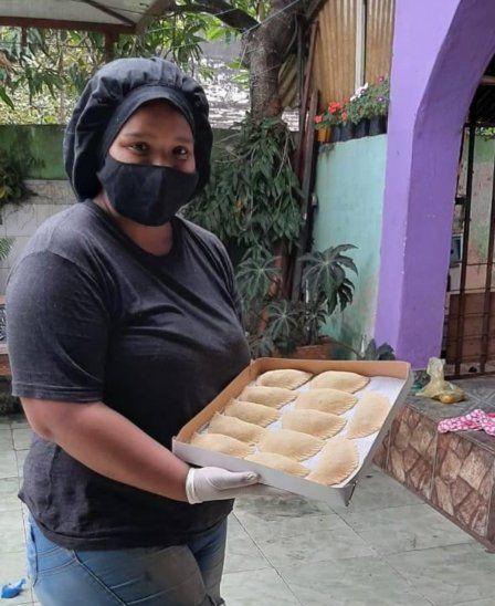 Vanessa Vargas elabora las empanadas con sus propias manos.