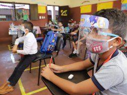 Los alumnos, al igual que los padres que van a las escuelas, deben cumplir un estricto protocolo de distanciamiento social y uso de tapabocas, en las aulas.