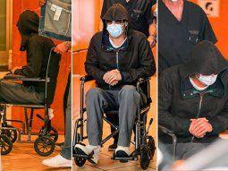 Brad Pitt trató de pasar desapercibido usando una capucha, gafas de sol, y el tapabocas, de todas formas los paparazis lo reconocieron a la salida de un hospital en Bervely Hills.