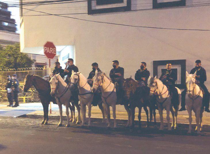 El caballo blanco es el que ligó una pedrada y el negro se golpeó al subir al camión de ida a la Montada.