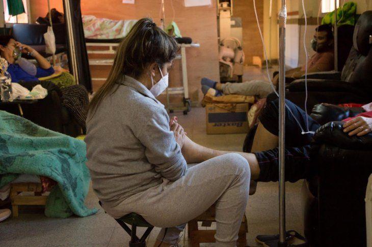 La angustia en los pasillos se vuelve enorme. Familiares de pacientes tratan de alguna forma alivianar el sufrimiento de sus seres queridos haciéndoles masajes o leyéndoles un libro.