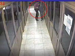 El acoso laboral y sexual fue grabado por un circuito cerrado de la tabacalera. Se puede ver cuando el gerente intenta ingresar al a víctima a una de las oficinas a la fuerza.