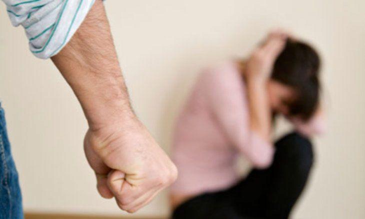El hombre fue imputado por violencia familiar por agredir salvajemente a su pareja y a su hija.