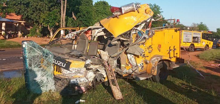 Así quedó el carro de bomberos tras chocar de frente con un camión de carga.