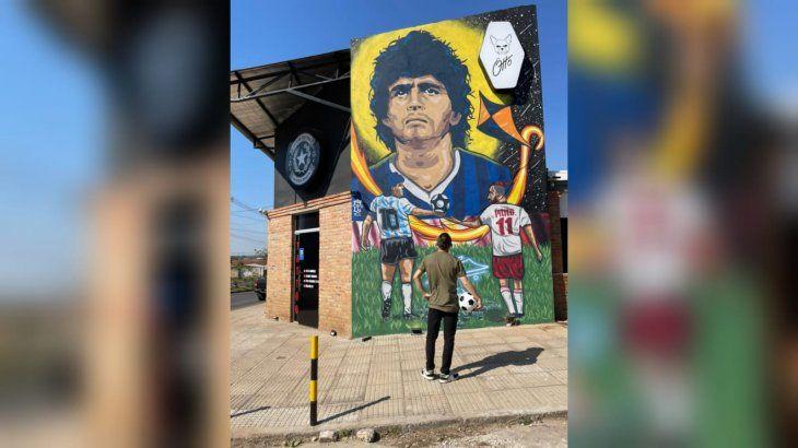 El enorme mural del jugador argentino causa furor en Roque Alonso.