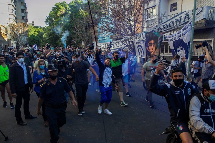 APOYO EN MASAUna multitud se hizo presente en La Plata para llevar todo su apoyo al ídolo rioplatense. (FOTO: EFE)