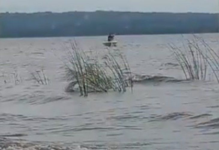 Hasta el momento no hay ni rastros del desaparecido en el agua.