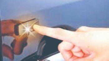 Al abrir o cerrar la puerta del auto se siente una pequeña descarga eléctrica porque la energía negativa del cuerpo busca un conductor a tierra.
