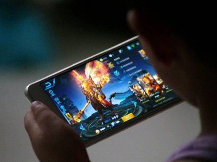 Los niños pasan horas conectados con los videojuegos. Los expertos piden que se los protejan.