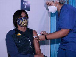 Jugadores, técnicos e integrantes del staff de Luqueño, Cerro Porteño y Guaraní recibieron su primera dosis contra el COVID-19 en la vacunación que arrancó ayer.
