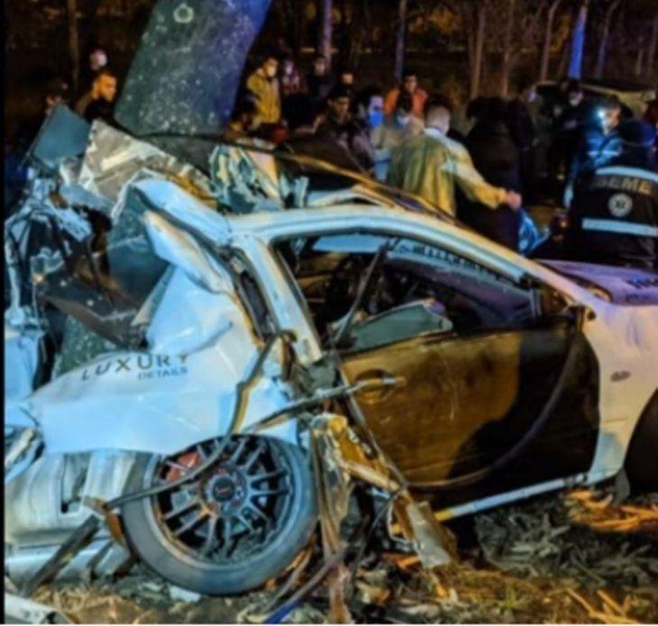 El vehículo iba a gran velocidad e impactó contra un árbol.