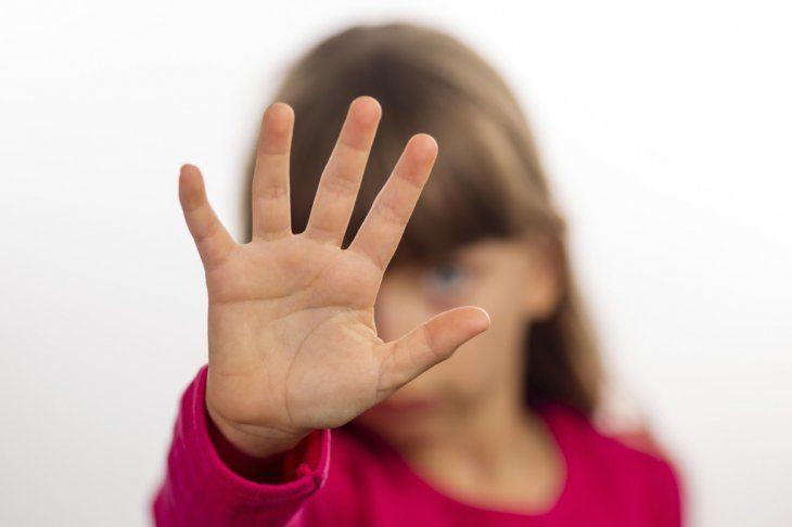 Una de las víctimas de maltrato infantil fue hasta la casa de la vecina a darle un regalo. Allí se dieron cuenta de las graves heridas y denunciaron el hecho.