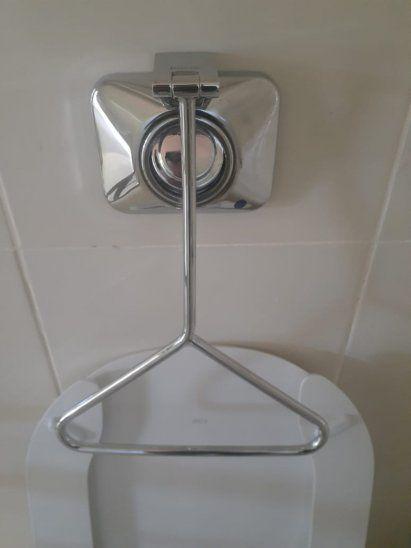 La palanca de la cisterna se aprieta muy fuerte y daña el botón que descarga el agua.