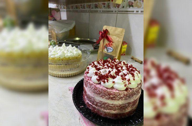 Con las tortas se sostiene y con parte de las ganancias compra balanceados.