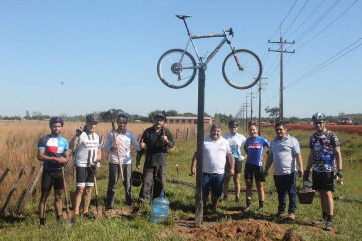 Los mismos ciclistas amigos de Óscar construyeron el llamativo altar.
