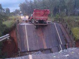El puente que une Cruce Tacuatí con Tacuatí, en San Pedro se desmoronó y cayeron tres vehículos. Hasta ahora se confirmaron dos víctimas fatales y una señora está desaparecida.