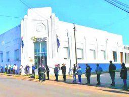 Funcionario del banco de la sucursal en Carapeguá estuvo en contacto con el militar que dio positivo al COVID. La sede entró en cuarentena al igual que otra en Zeballos Cué, del que no se menciona el motivo. Foto:Carapeguá Noticias Digital.