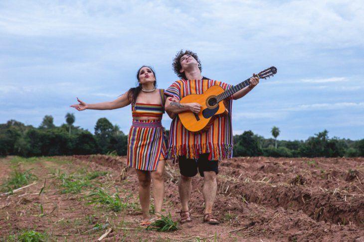 Miguel Narváez y Jennifer Hicks alcanzaron popularidad al lanzar Desapego con su grupo Purahéi Soul.