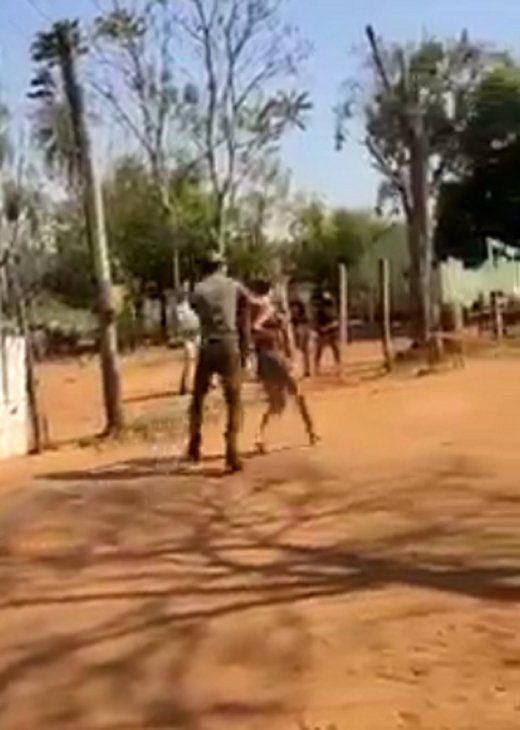 Las imágenes grabadas por vecinos se hicieron virales en las redes sociales. El hecho ocurrió frente a los hijos de la pareja. El hombre quedó detenido por violencia familiar.