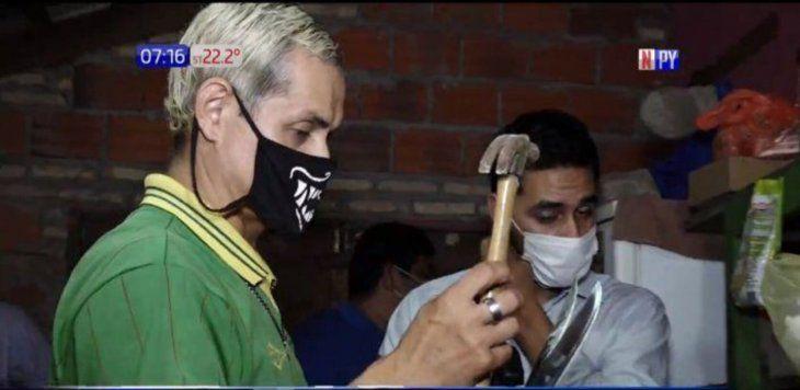Con cuchillos y un martillo atentaron contra Jonny Walker.