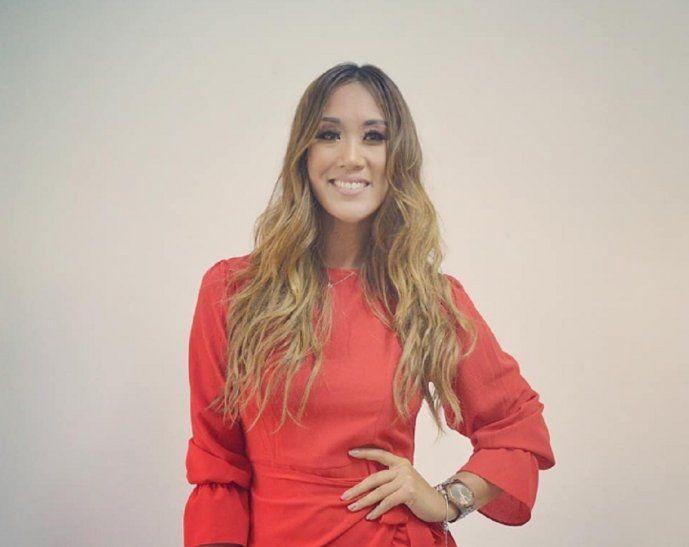 Yolanda firmando contrato con la RPC y con el canal de cable HEI.