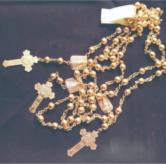 Juego de tres rosarios de oro tiene precio inicial de G. 37 millones.