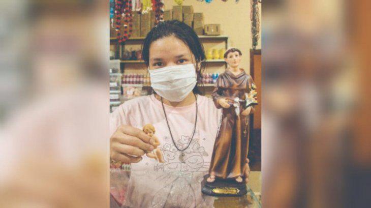Las imágenes de San Antonio de Padua se adecuaron a los nuevos tiempos y se están vendiendo muy bien para su novenario y fiesta del 13 de junio.