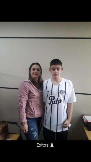 SUEÑO HECHO REALIDADEl delantero caazapeño Óscar Acuña posa con su mami