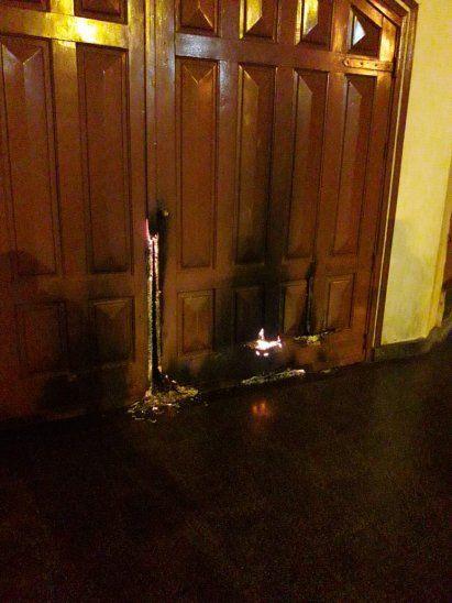 El fuego solo afectó parte de la puerta principal de la parroquia.
