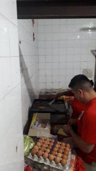 Detenidos cocinaron y policías tuvieron festín.