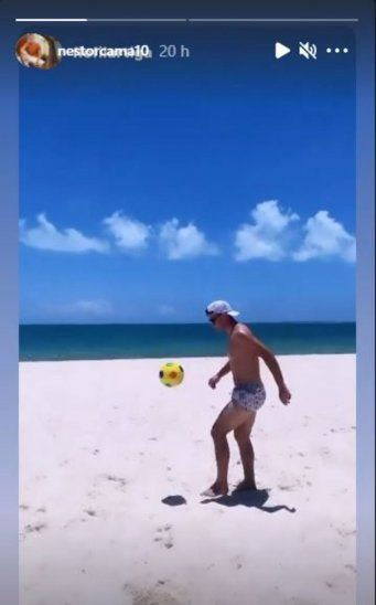 El futbolista del Léka disfruta de la arena y el mar lejos de los quebrantos.