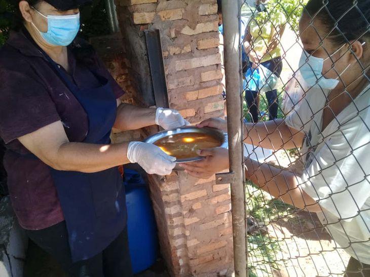 Sirven 200 platos dos veces por semana. Ya no hay donaciones y el Gobierno les olvida.