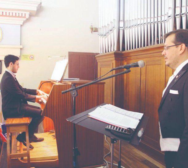El organista Miguel Ángel y los coristas practicaron un montón.