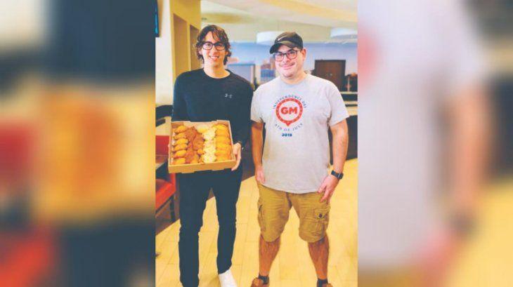 """Nuestro clásico """"tereré rupa"""" (arriba). Un compatriota que estaba de paso conoció """"Paraguay Foods"""" y se sacó una foto con Víctor (derecha)."""