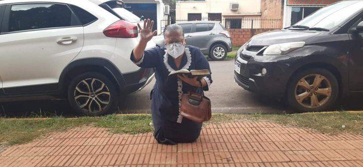 Adelaida Silva soñó que tenía que rezar por los enfermos y así la captaron frente al IPS de Encarnación.