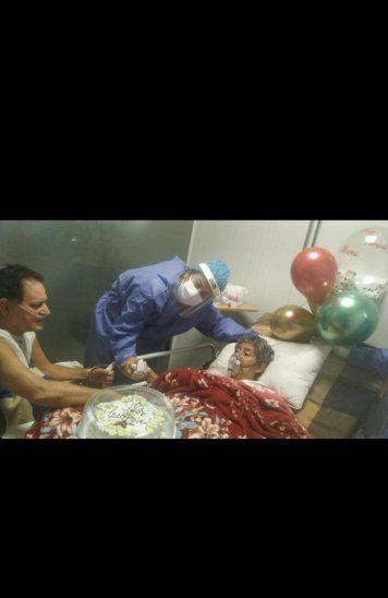 Le llevaron globos y torta para festejar el cumple de la doña