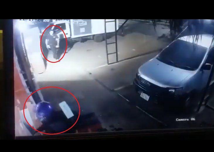 Guardia frustró el asalto con un disparo intimidatorio. El cómplice huyó del lugar.
